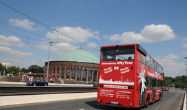 在DÃ ¼ sseldorf的观光的公共汽车 免版税库存图片
