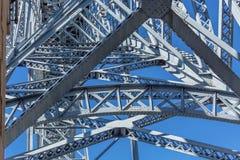 在D的详细的看法 雷斯桥梁结构,作为背景的天空蔚蓝 免版税图库摄影
