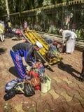 在Dabbawalas之间的转移的午餐 图库摄影