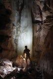在Dachstein乳齿象属洞的Caver。 免版税库存图片