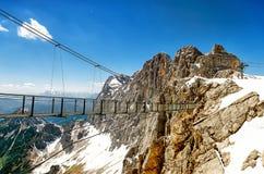在Dachstein冰川的天空步行 免版税库存照片