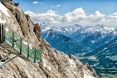 在Dachstein冰川的天空步行 免版税图库摄影