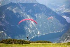 在Dachstein山的滑翔伞 免版税库存图片