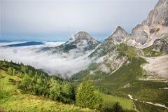 在Dachstein断层块下的南面孔的阿尔卑斯 免版税库存图片