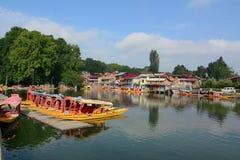 在Dal湖的木小船在斯利那加,印度 库存图片
