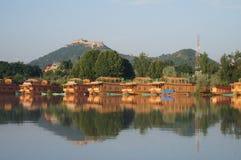 在Dal湖的美丽的居住船在斯利那加,克什米尔,印度 免版税图库摄影