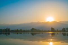 在Dal湖,克什米尔印度的日出 免版税库存照片