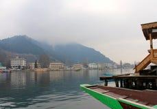 在Dal湖,斯利那加岸的Shikara  免版税库存照片