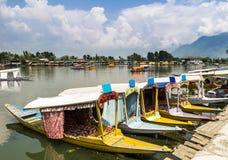 在Dal湖,斯利那加,克什米尔,印度的Shikara小船 库存图片