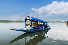 在Dal湖,斯利那加,克什米尔,印度的Shikara小船 免版税库存图片