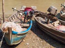在Dala河,缅甸的捕鱼船 免版税库存照片