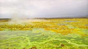 在Dallol火山的火山口在Danakil消沉,在远处埃塞俄比亚里面的全景 图库摄影