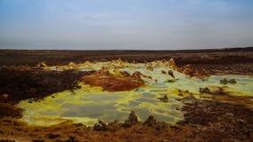 在Dallol火山的火山口在Danakil消沉,在远处埃塞俄比亚里面的全景 库存图片