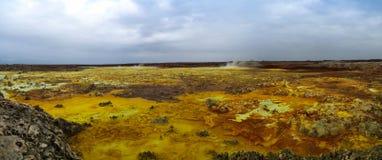 在Dallol火山的火山口里面的全景在Danakil消沉埃塞俄比亚 免版税图库摄影