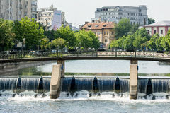 在Dambovita河的桥梁在布加勒斯特 免版税库存照片