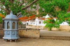 在Dambulla金黄寺庙的圣洁bodhi榕属树附近祀奉 免版税库存照片