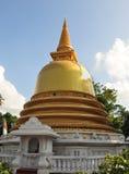 在Dambulla洞寺庙的金黄stupa 免版税库存图片