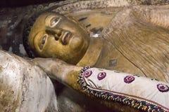 在Dambulla洞寺庙里面的大金黄菩萨雕象 免版税库存照片