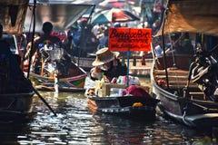 在Damnoen Saduak浮动市场上的小船 免版税库存图片