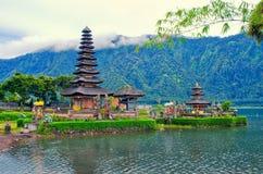 在Danau Beratan湖的Ulun Danu Bratan寺庙 巴厘岛,印度尼西亚的著名地标和文化标志 库存照片
