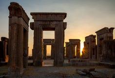 在Darius宫殿的橙色日落从阿契美尼德王朝的在设拉子波斯波利斯  库存照片