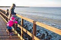 在Darlowo码头的家庭步行 免版税库存图片