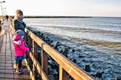 在Darlowo码头的家庭步行 库存照片