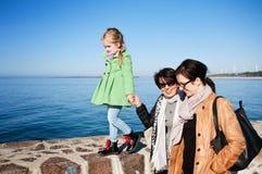 在Darlowo码头的家庭步行 免版税图库摄影