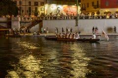 在Darsena夜生活时间的,米兰,意大利的老划艇 图库摄影