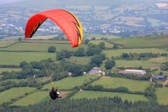 在Dartmoor的滑翔伞 免版税库存照片