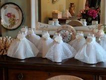 在daughter& x27的俏丽的礼物;s新娘阵雨 免版税库存图片
