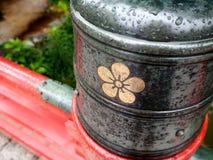 在Dazaifu寺庙的红色桥梁在下雨季节中福冈,日本 免版税库存照片