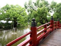 在Dazaifu寺庙的红色桥梁在福冈,日本 库存照片