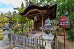 在Dazaifu Tenmangu的一座小木寺庙 免版税图库摄影