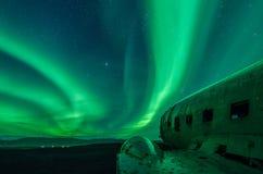 在DC飞机的北极光在SÃ ³ lheimasandur冰岛击毁 免版税库存图片