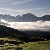 在de vars col附近的Mountainscape用法语普罗旺斯阿尔卑斯在与上升在谷的云彩的初夏早晨 免版税库存照片