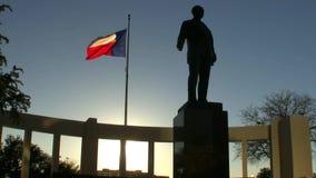 在Dealey广场达拉斯得克萨斯的得克萨斯旗子 股票视频