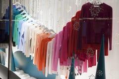 在Debenhams的圣诞节陈列室 卖自己商标的商品和国际时尚、秀丽和homeware产品的联锁百货商店 免版税库存照片