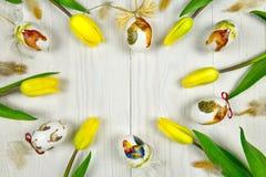 在decoupage样式的复活节装饰在白色木背景 免版税库存图片