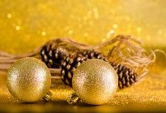 在defocused光backgroun的圣诞节装饰 免版税图库摄影