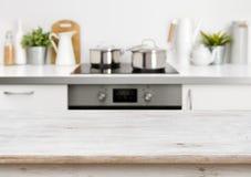 在defocused淡色厨房背景的被漂白的木纹理桌 免版税图库摄影