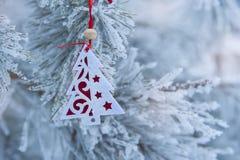 在defocused背景的圣诞节减速火箭的树玩具 免版税库存照片