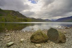 在derwentwater湖前面的百年石头 图库摄影