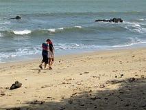 在Desaru海滩,柔佛州,马来西亚的夫妇 免版税库存照片