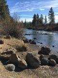 在Deschutes河的河岸的冰砾 免版税图库摄影