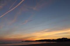 在deux jumeaux剪影之前日出的可爱的全景在五颜六色的夏天天空的在一个沙滩 免版税库存图片