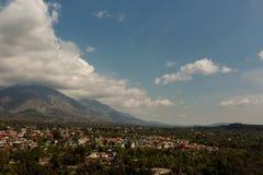 在dhauladhar山脉的谷 免版税库存照片