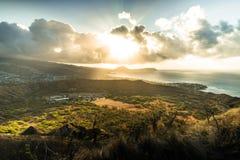 在Diamon头火山口檀香山夏威夷的日出光 免版税库存图片