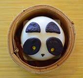 在Dimsum竹子篮子的熊猫中国小圆面包 库存图片