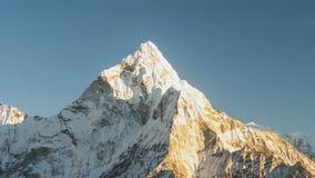 在Dingboche附近村庄的阿马Dablam 6856m峰顶在尼泊尔的Khumbu地区,导致的供徒步旅行的小道的 影视素材